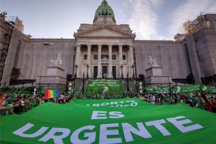 支持和反對堕胎合法化的不威者11月18日在阿根廷國會前的廣場舉行集會。(圖:網絡圖片)