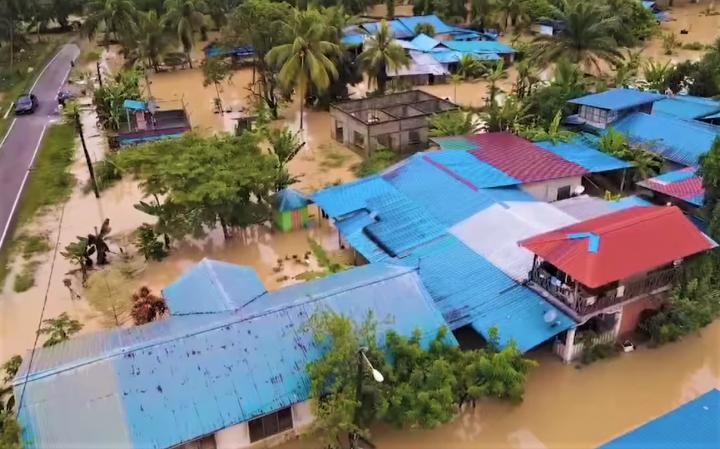 洪水遍及村莊幾近淹沒房屋。(圖:Aku Budak Kluang 臉書)