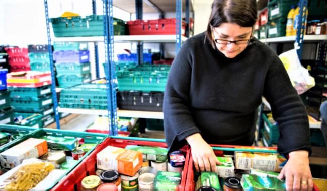 Trussell Trust分配食物女9義工派發。(圖: Trussell Trust 網)