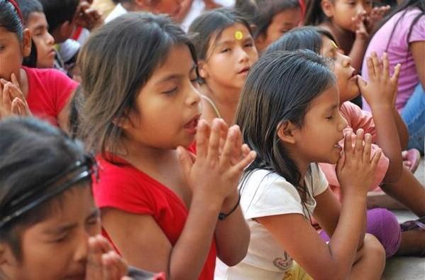 印度孩子祈禱。(圖:網絡圖片)