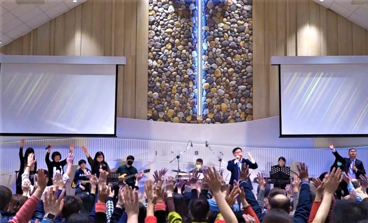 張漢業牧師帶領會眾禱告。(圖:右昌長老教會視頻擷圖)