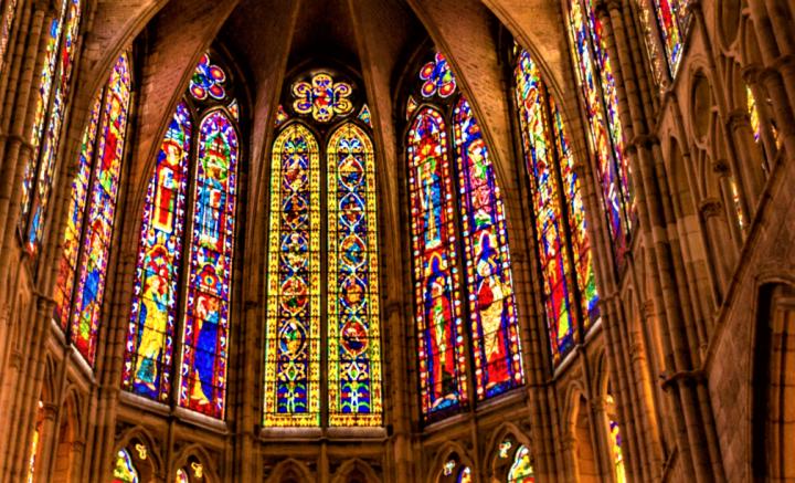 教堂彩繪玻璃畫示意圖。(圖:Pexels)