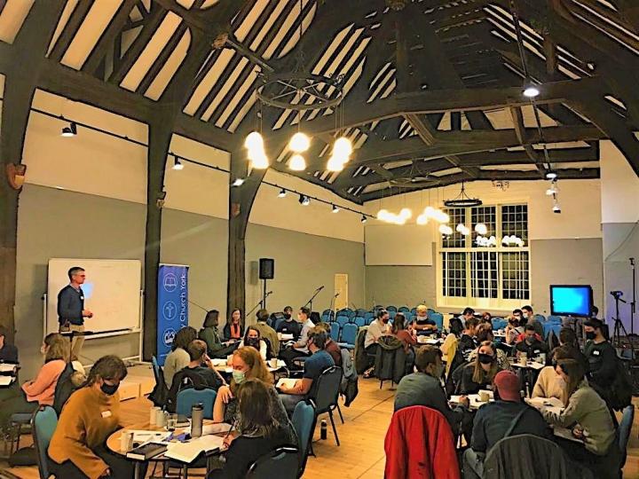 約克三一教堂去年10月舉行晚間聚會查考摩西十誡。(圖:約克三一教堂臉書)