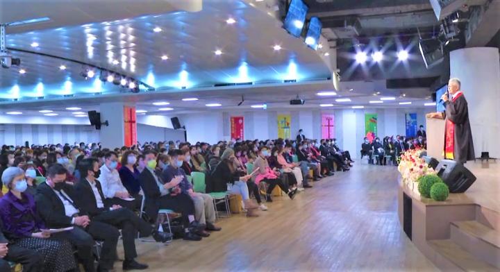 寇紹恩牧師在台上宣講信息。(圖:台北基督之家視頻擷圖)