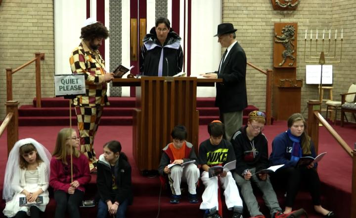 教會在普珥節宣讀以斯帖記拯救猶太民族的故事。(圖:YouTube擷圖)