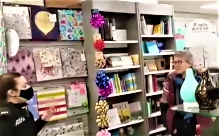 位於伍斯特郡的書店店主與警察對話。(圖:YouTube擷圖)