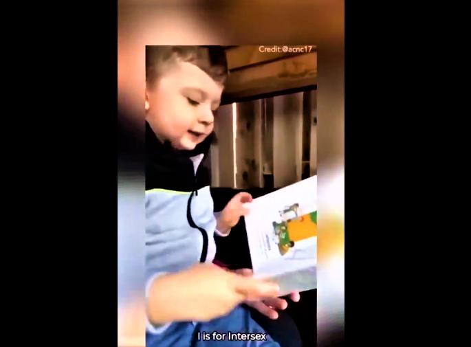 男孩從A至Z讀出每一個帶有性名詞的字母。(圖:視頻擷圖)