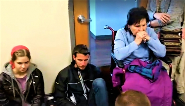 坐著輪椅二戰倖存者伊娃與基督徒守在門前阻止婦女進入墮胎。(圖:視頻擷圖)