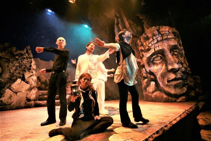 廖啟智[中]在舞台劇《耶穌13門徒》的演出。(圖:網絡圖片)