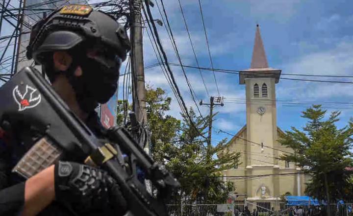 警員在教堂前守衛。(圖:視頻擷圖)