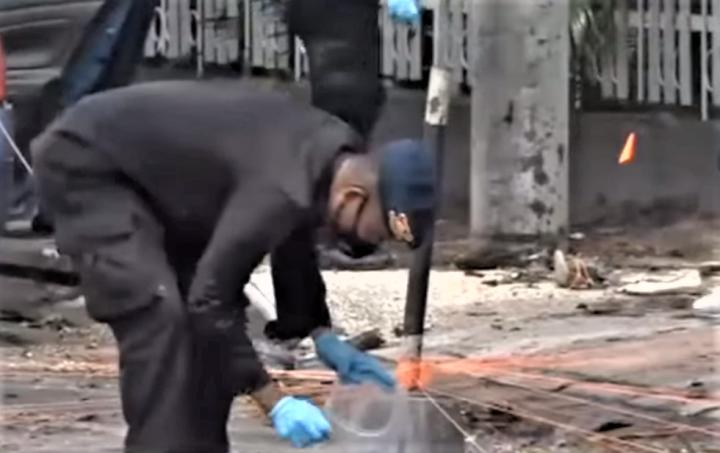 印尼警方在爆炸場現搜集證物。(圖:視頻擷圖)