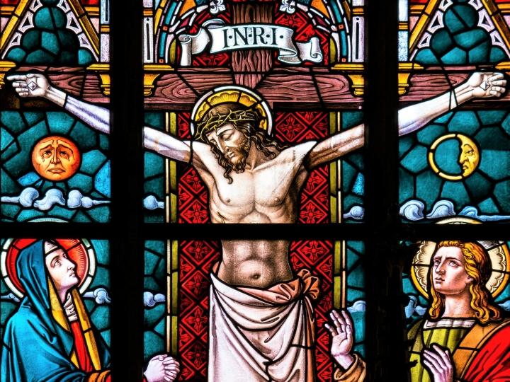 耶穌基督釘十架教堂玻璃彩繪。(圖:pexels)