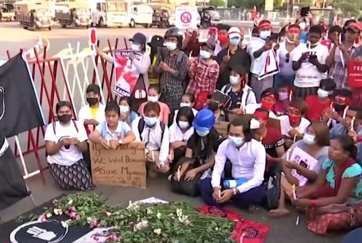 人民上街悼念示威死去的同胞。(圖:視頻擷圖)