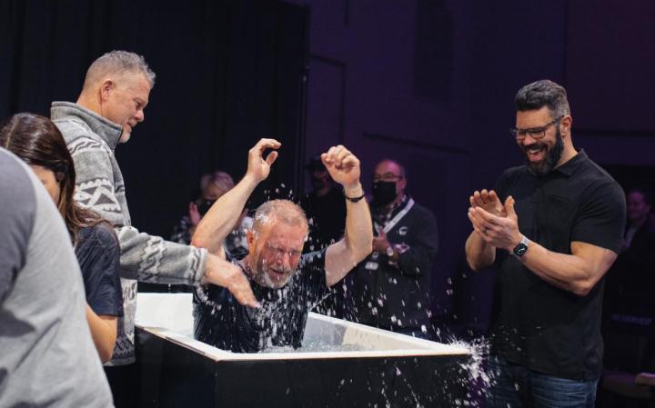 羅比·加拉蒂[左]鼓掌歡迎受浸者。(圖:Long Hollow Baptist Church facebook)