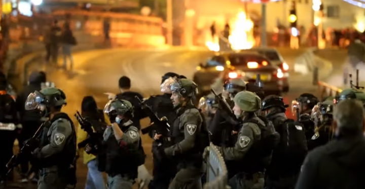 耶路撒冷舊城22日爆發大規模衝突,100多名巴勒斯坦人受傷。(圖:AFP視頻)