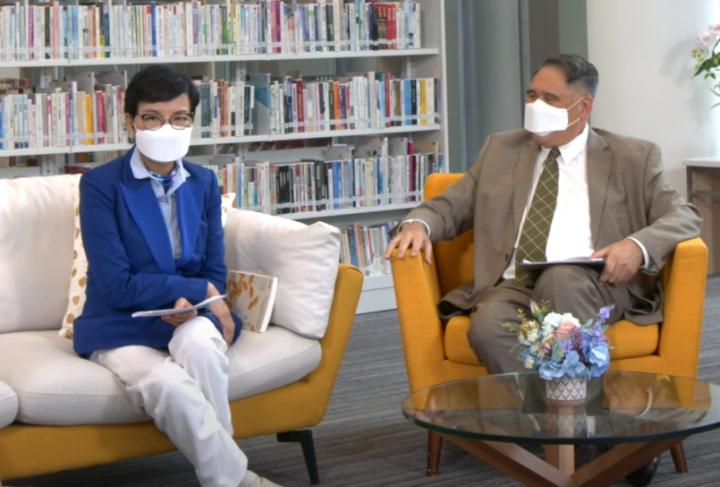 羅乃萱[左]在分享會談疫情下青少年閱讀現象。(圖:語常會視頻擷圖)