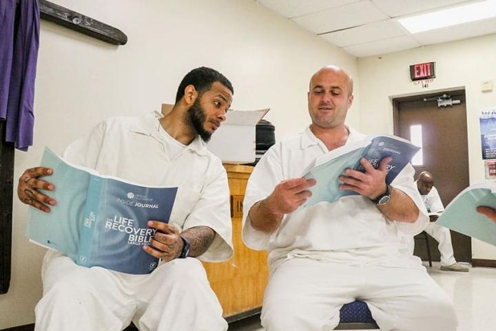 囚友手持的「生命康復版」《聖經》 。(圖:Prison Fellowship facebook)