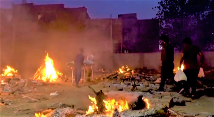 印度死亡人數眾多,屍體就地火化。(圖:法新社視頻擷圖)