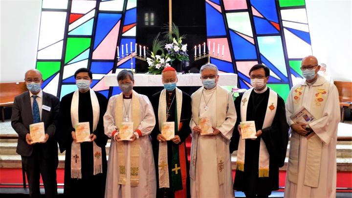 五基督教領袖簽署《聯合聲明》後與主禮人合照。(圖:基督日報)