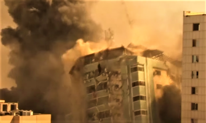 以色列空襲加沙,美聯社、半島電視台大樓被摧毀。(圖:視頻擷圖)