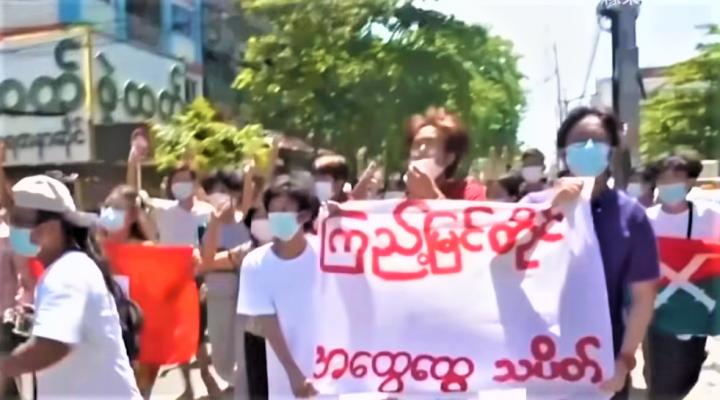 緬甸人民上街抗議軍方政變。(圖:視頻擷圖)