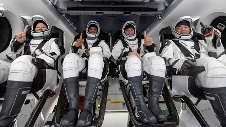 格洛弗[左二]與其餘太空人今年5月2日乘搭SpaceX飛龍號返回地球。(圖: Victor Glover  Twitter)