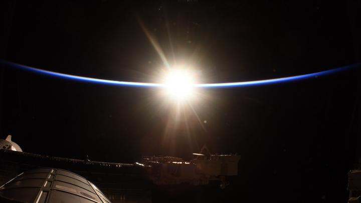 格洛弗在太空站拍攝的日出相片。(圖: Victor Glover  Twitter)