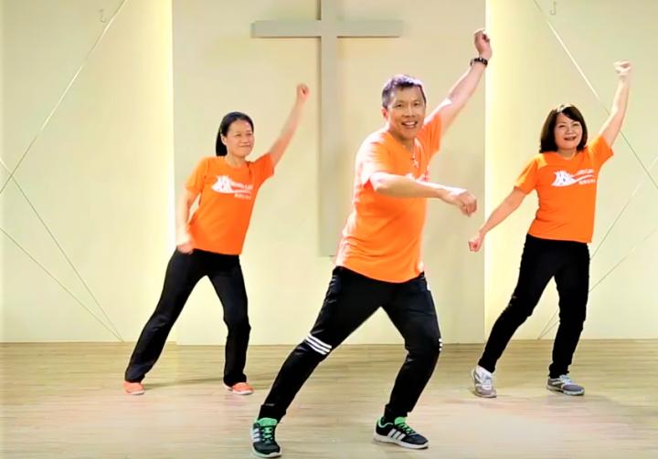 謝龍年老師[中]示範詩歌舞蹈,強健心肺功能。(圖:真愛健康協會視頻擷圖)