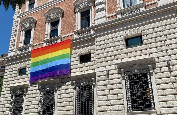 美國駐羅馬教廷大使館懸掛彩虹旗。(圖: Erick Erickson twitter)