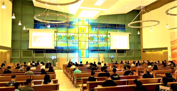 聖安德肋堂按教區防疫指引容納三成人,教堂「全滿」。(圖:正委會臉書)
