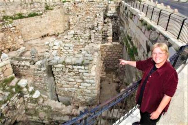 馬扎爾2013年在耶路撒冷古城發掘出7世紀稀有的古幣和珠寶。(圖:馬扎爾臉書)