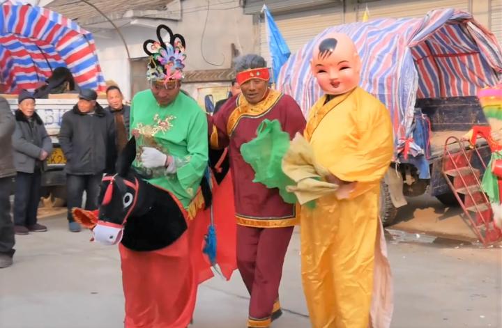 電影《蜂擁而至》村民慶祝春節。(圖:視頻擷圖)