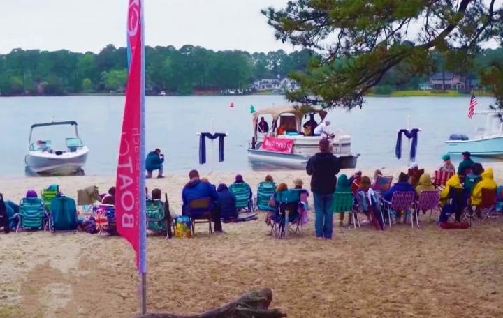參加者在海邊聽道。 (圖:CBN視頻擷圖)