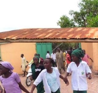 尼日利亞武裝分子攻擊西北部凱比州學校,女學生逃亡。(圖:組合圖)