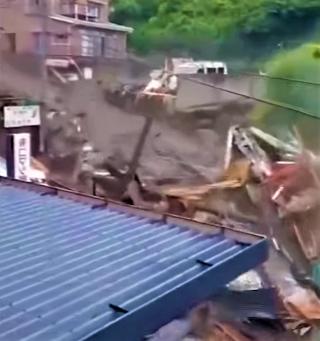 日本靜岡縣熱海市7月3日早上發生大規模泥石流,3死20人失蹤。 (圖:視頻擷圖)
