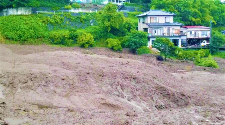 岩村義雄拍攝災區現場。(圖: Christian Press視頻)