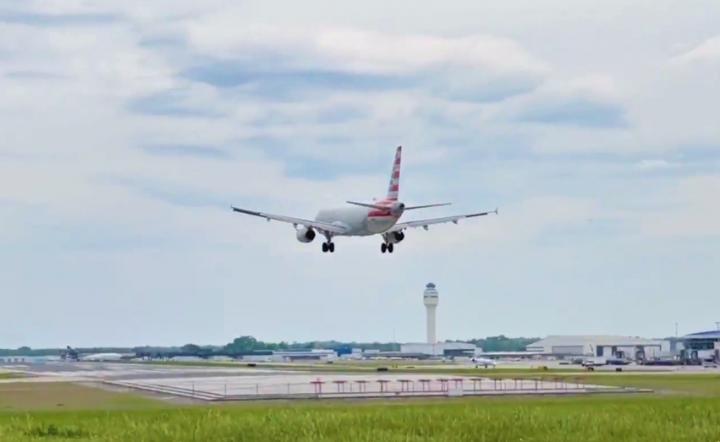 美國航空公司2775航班最終安全著陸。(圖:Fox 46 新聞視頻擷圖)