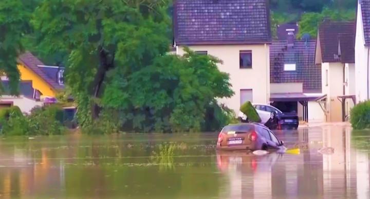 暴雨洪災有車輛被浸。(圖:視頻擷圖)