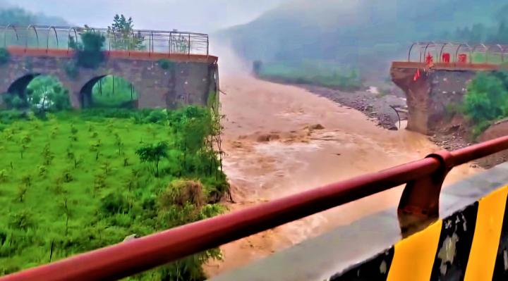 河南洪水將橋沖斷。(圖:視頻擷圖)