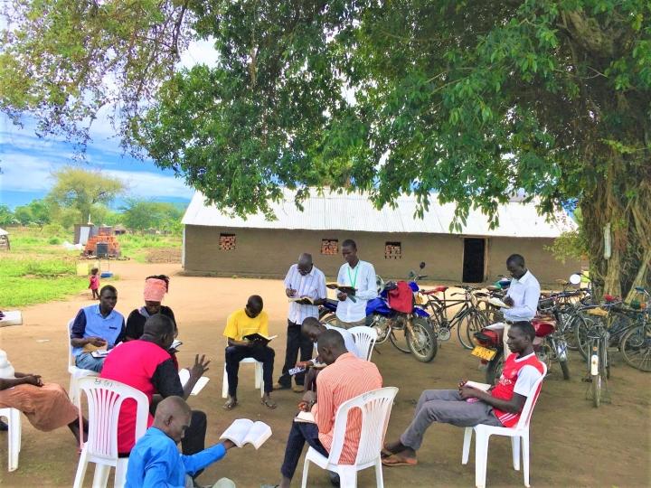 南蘇丹牧師在村莊進行門徒訓練。(圖:Living Water網頁)