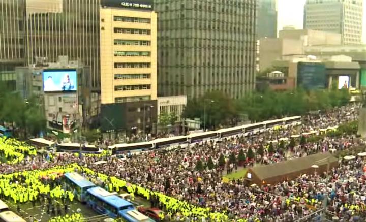 首爾愛第一教會去年發起大型反政府示威爆發群聚感染。(圖:視頻擷圖)