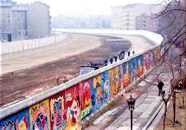 1986年的柏林圍牆,左為東柏林、右為西柏林。(圖:維基百科)