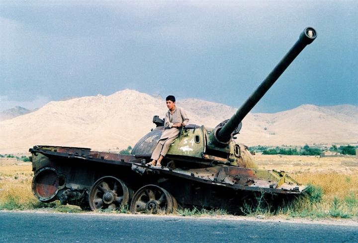 阿富汗兒童坐在坦克車上。(圖:FreeImage)