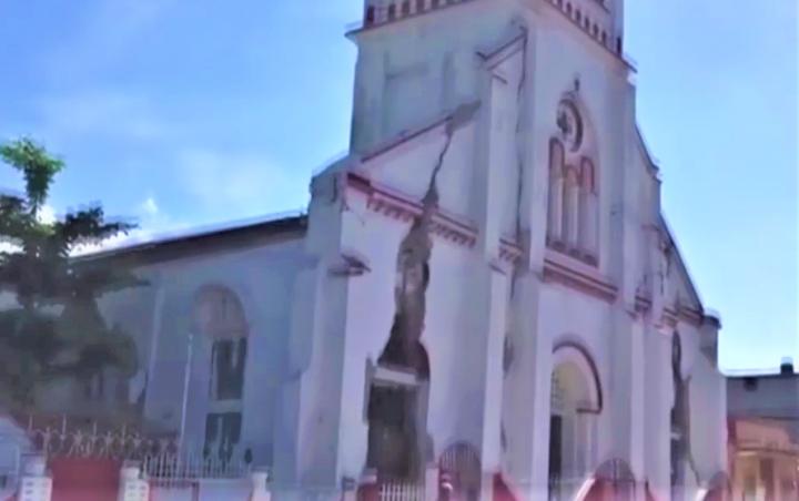 教堂在地震時出現嚴重裂痕。(圖:視頻擷圖)