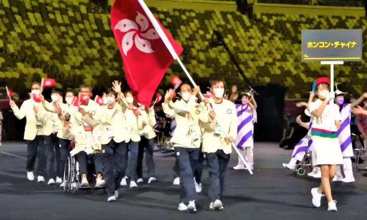 殘奧會開幕禮香港運動員持旗出場。(圖:視頻擷圖)