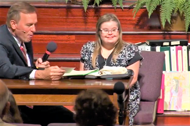 卡羅琳按受訪問及展示其手抄本聖經。(圖:wjcl.com)
