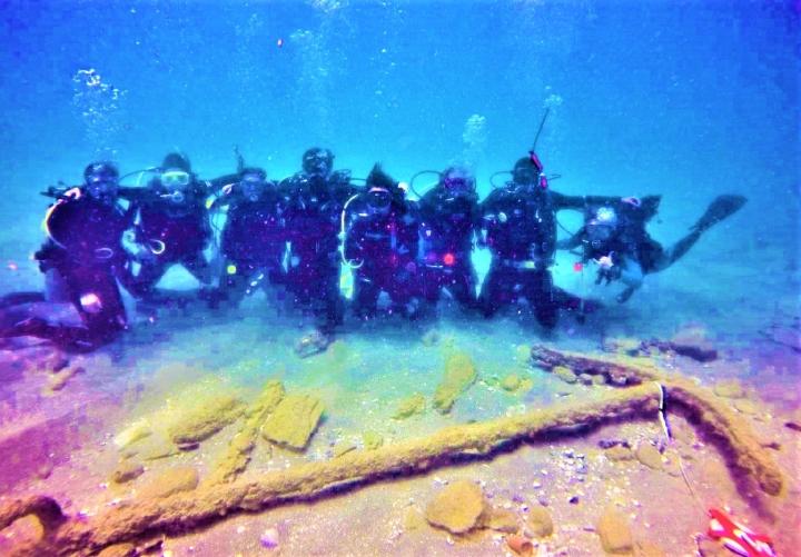 考古學家在海底發現計時紀念碑。(圖:以色列古物管理局臉書)