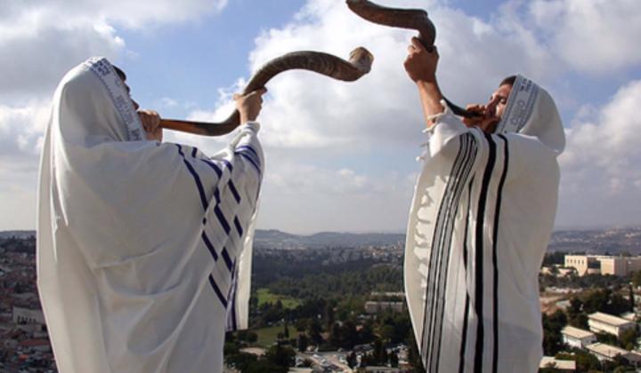 猶太人慶祝新年在會堂三次吹響羊角號表示對上帝的敬畏。(圖:視頻擷圖)