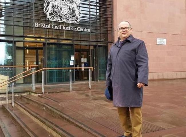 奧弗德出席布里斯托爾皇家法院聽證會。(圖:網絡圖片)