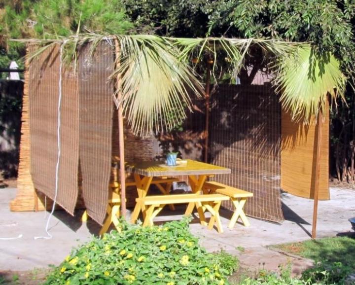 住棚節猶太家庭建造臨時帳篷。(圖:網絡圖片)